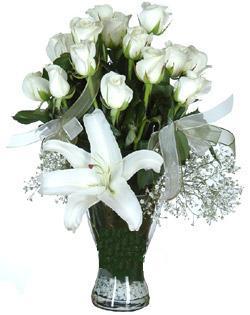 cam içerisinde 11 beyaz gül ve 1 kazablanka  Bolu çiçek siparişi sitesi