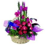 çikolata ve sepette çiçek   Bolu çiçek gönderme sitemiz güvenlidir