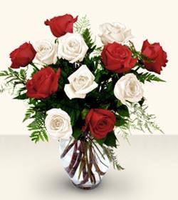 Bolu uluslararası çiçek gönderme  6 adet kirmizi 6 adet beyaz gül cam içerisinde