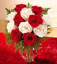 Bolu uluslararası çiçek gönderme  5 adet kirmizi 5 adet beyaz gül cam vazoda