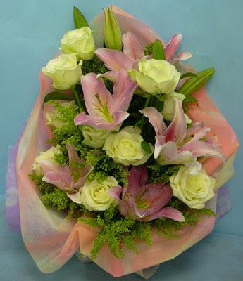 11 adet gül ve 2 adet kazablanka buketi  Bolu internetten çiçek satışı