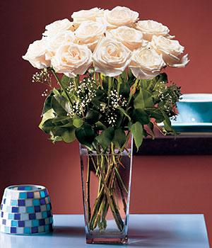 Bolu hediye sevgilime hediye çiçek  Cam yada mika vazo içerisinde 12 gül