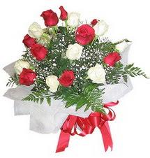 Bolu çiçek , çiçekçi , çiçekçilik  12 adet kirmizi ve beyaz güller buket
