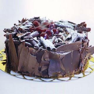pasta yolla 4 ile 6 kisilik visneli çikolatali yas pasta  Bolu çiçek siparişi sitesi