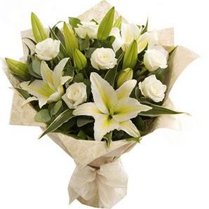 Bolu anneler günü çiçek yolla  3 dal kazablanka ve 7 adet beyaz gül buketi
