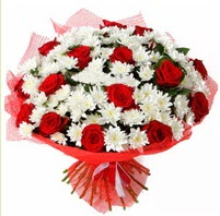 11 adet kırmızı gül ve beyaz kır çiçeği  Bolu internetten çiçek satışı