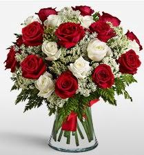 Vazoda 12 kırmızı 12 beyaz gül tanzimi  Bolu uluslararası çiçek gönderme