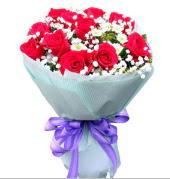 12 adet kırmızı gül ve beyaz kır çiçekleri  Bolu çiçekçi mağazası