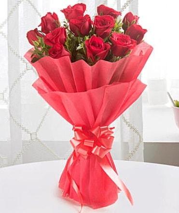 12 adet kırmızı gülden modern buket  Bolu çiçek yolla